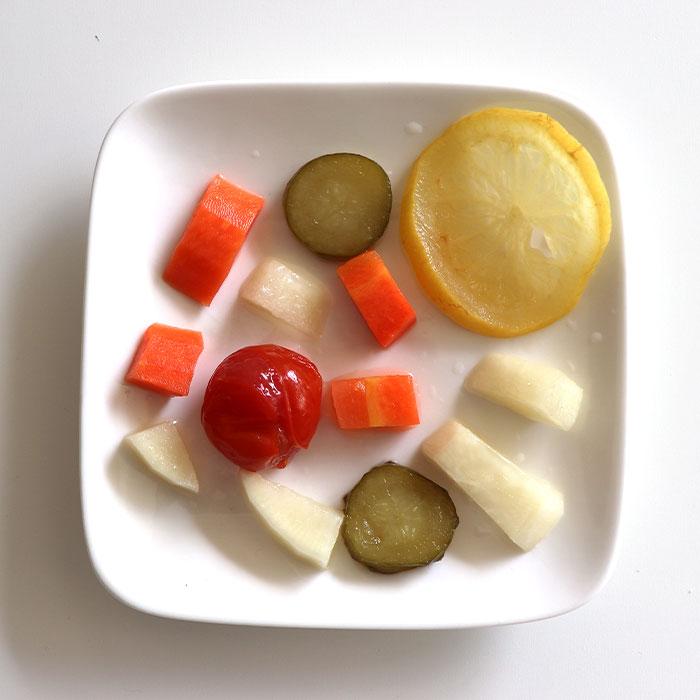 定番のきゅうり、大根、人参、トマトなどが入ったカラフル野菜のピクルスです